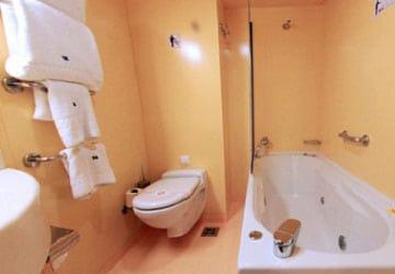 grimaldi_lines_cruise_barcelona_bathroom